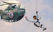 Thành Long đu dây từ trực thăng xuống mặt đất