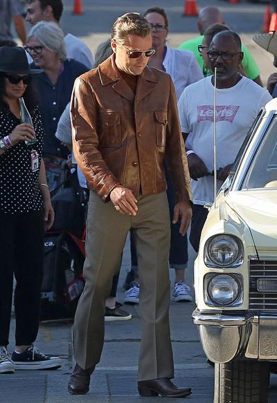Còn Leonardo DiCaprio mặc áo khoác da, phong cách retro thập niên 1970.