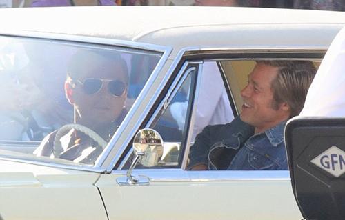 Brad Pitt cười thoải mái khi trò chuyện cùng bạn diễn. Anh ngày càng gầy so với thời điểm mới ly hôn Angelina Jolie.