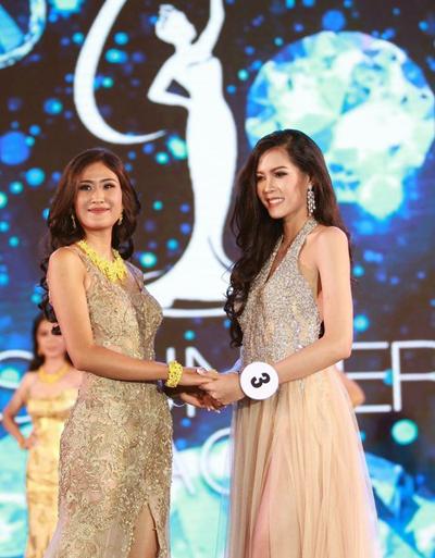 Năm ngoái, trong cuộc thi Hoa hậu Hoàn vũ Lào lần đầu được tổ chức, cô chỉ đứng ở vị trí thứ hai, sau Souphaphone Somvichith (phải).