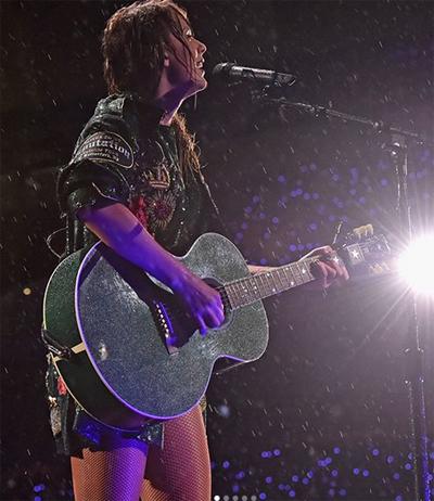 Taylor Swift chia sẻ hình ảnh biểu diễn trong mưa ở đêm nhạc ngày 21/7.