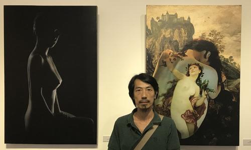 Nhiếp ảnh gia Ngô Xuân Phú tại triển lãm.