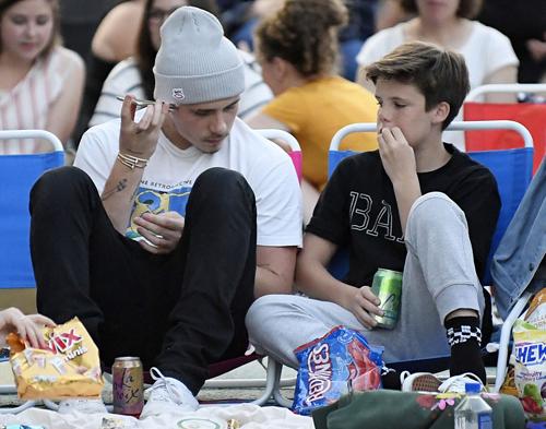 Thời gian gần đây, có tin đồn Brooklyn Beckham đã nghỉ học ở trường nghệ thuật, chuyên ngành nhiếp ảnh. Nhưng đại diện gia đình Beckham từ chối bình luận.