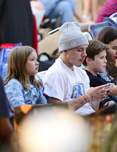 Con gái 7 tuổi của nhà Beckham để kiểu tóc ngắn ngang vai. Trước đây David Beckham từng tuyên bố không bao giờ cắt tóc của Harper. Cô bé thường xuất hiện với mái tóc dài thướt tha.