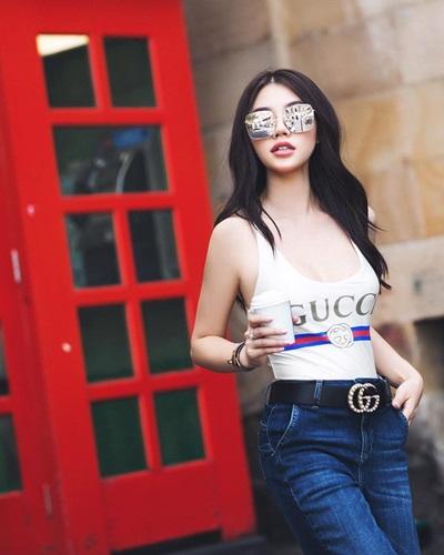 Kiểu mặc này cũng được hoa hậu Jolie Nguyễn áp dụng.