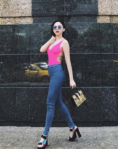 Tóc Tiên dùng áo tắm hồng neon kiểu cut-out kết hợp skinny jeans, sandals đế thô và túi hàng hiệu.