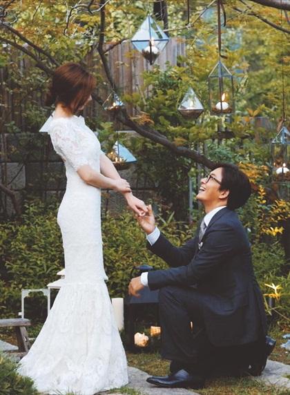 Năm 2015, Ông hoàng Hallyu Bae Yong Joon khiến truyền thông châu Á dậy sóng khi tiết lộ hình ảnh quỳ gối cầu hôn Park Soo Jin - diễn viên kém anh tới 12 tuổi. Trước đó, thông tin họ hẹn hò được giữ kín. Công ty quản lý cho biét cặp sao quyết định kết hôn chỉ sau ba tháng tìm hiểu. Theo nguồn tin, lễ vật cầu hôn của diễn viên Bản tình ca mùa đông có giá trị tương đương hai tòa nhà tại khu Gangnam (thủ đô Seoul).Trước đám cưới, tài tử viết tâm thư cho fan: Tôi vừa hồi hộp vừa xúc động khi tới nơi thành hôn. Sự yêu thương, những lời chúc mừng của mọi người luôn mang tới cho tôi sức mạnh. Tôi rất tiếc vì không thể tổ chức đám cưới công khai nhưng tôi luôn khắc ghi tình yêu của các bạn. Từ nay tôi sẽ cố gắng làm tròn trách nhiệm của một người chủ gia đình. Tôi sẽ chia sẻ niềm hạnh phúc của mình, cám ơn các bạn, chúc các bạn luôn hạnh phúc. Hiện vợ chồng sao có hai con, một trai, một gái.