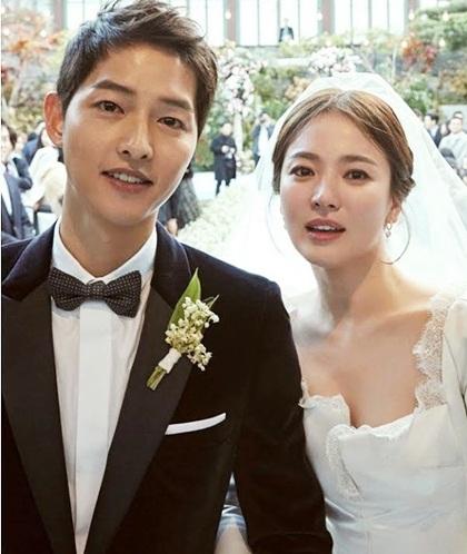 Theo đài MBC, Song Joong Ki đã cầu hôn Song Hye Kyo trong chuyến du lịch Tokyo, Nhật Bản tháng 1/2017. Nhân viên nhà hàng cho biết sự kiện quan trọng của cặp sao không cầu kỳ, chỉ có hoa, rượiu và trang trí đơn giản. Có khoảng 30 người chứng kiến cảnh Song Joong Ki trao nhẫn và hứa yêu thương Song Hye Kyo sau kết hôn.  Trên chương trình Weekly Entertainment, Song Joong Ki chia sẻ rất lo lắng trong khoảnh khắc cầu hôn bạn gái. Tôi có thể diễn viên nổi tiếng, được nhiều người biết đến nhưng khi yêu, tôi cũng giống mọi người. Lời cầu hôn của tôi không quá đặc biệt nhưng nó đáng giá chúng tôi. Đám cưới đôi diễn viên Hậu duệ mặt trời năm 2017 thu hút giới truyền thông châu Á, trong đó có Việt Nam.