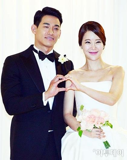 Nữ ca sĩ Baek Ji Young và diễn viên Jung Suk Won là một trong cặp nghệ sĩ trải qua nhiều sóng gió, chịu búa rìu dư luận - từ lúc yêu cho tới lúc cưới. Nữ hoàng nhạc phim hơn Suk Won đến chín tuổi, lại từng có quá khứ lộ video sex. Bỏ quamọi chỉ trích, cặp sao vẫn nắm chặt tay nhau. Năm 2013, nam diễn viên tạo bất ngờ cho Ji Young khi bí mật xuất hiện trong concert của cô tại Jeonju. Tài tử quỳ gối cầu hôn cô ngay trên sân khấu, người đẹp xúc động, khóc trước hàng nghìn người hâm mộ.