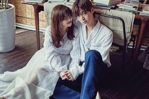 Goo Hye Sun - Ahn Jae Hyun nảy sinh tình cảm sau khi đóng chung Blood (Bác sĩ ma cà rồng) năm 2015. Cặp sao công khai yêu tháng 3/2013 và đăng ký kết hôn ngày 21/5/2016. Trước đó,Ahn Jae Hyun thu hút sự chú ý khi đăng tải video cầu hôn đàn chị hơn ba tuổi trên trang cá nhân. Mỹ nhân Vườn sao băng cười hạnh phúc khi nhận được bó hoa lớn và những phần quà dễ thương từ bạn trai. Nhẫn, vòng cổ và hoa tai đính hôn đều do tài tử tự thiết kế. Đôi diễn viên được khen ngợi khi quyết định không tổ chức đám cưới rình rang mà dành toàn bộ tiềnhôn lễ để giúp bệnh nhi nghèo.