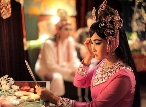Tú Quyên là gương mặt nữ trẻ của Song Lang. Nhân vật của cô là đào thương tài sắc trong đoàn (tức nữ chính).
