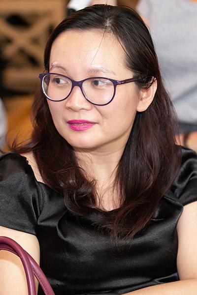 Chị Cẩm Ly - con gái nhạc sĩ Nguyễn Trọng Tạo - chọn một góc để theo dõi tình trạng sức khoẻ của bố để hỗ trợ khi cần. Ảnh: HBN.