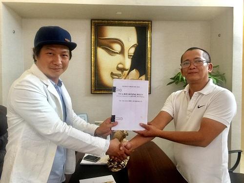 Đỗ Thành An (trái) và Lục Lang trong buổi ký hợp đồng chuyển thể.