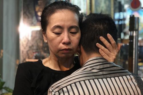 Vợ Thanh Hoàng an ủi một người quen của gia đình khi anh xúc động trước sự ra đi của cố nghệ sĩ.