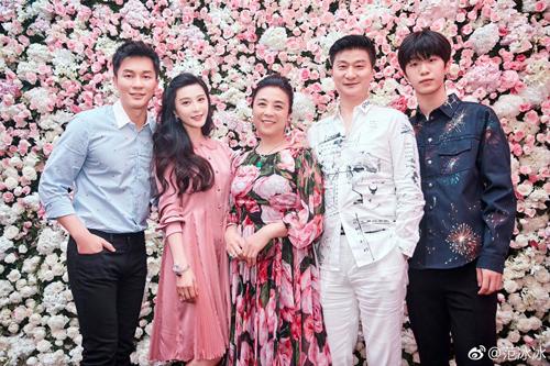 Lý Thần (trái) bên bố mẹ Phạm Băng Băng và Phạm Thừa Thừa.