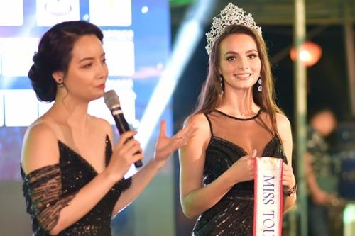 Đương kim hoa hậu của cuộc thi đấu giá sash từ thiện bên diễn viên Mai Thu Huyền.