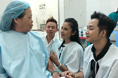 Ca sĩ Quách Tuấn Du (phải) cũng góp vào quỹ từ thiện của đàn chị giúp cho 170 bệnh nhân đến từ các tỉnh miền Tây có tiền mổ mắt.