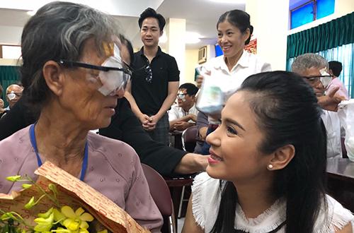 Theo Việt Trinh món quà sinh nhật mà cô thích nhất là được tận mắt nhìn thấy nhiều bệnh nhân nghèo tìm lại được ánh sáng.