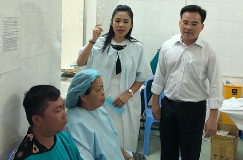 Việt Trinh cùng anh Xuân (phải) - Chánh văn phòng Hội Bảo trợ bệnh nhân nghèo TP HCM đến một bệnh viện thăm hỏi các bệnh nhân.