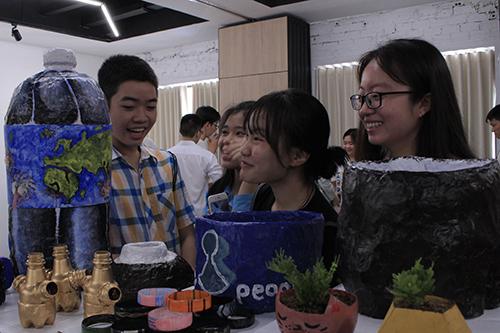 Các bạn sinh viên tham gia hoạt động trong triển lãm.