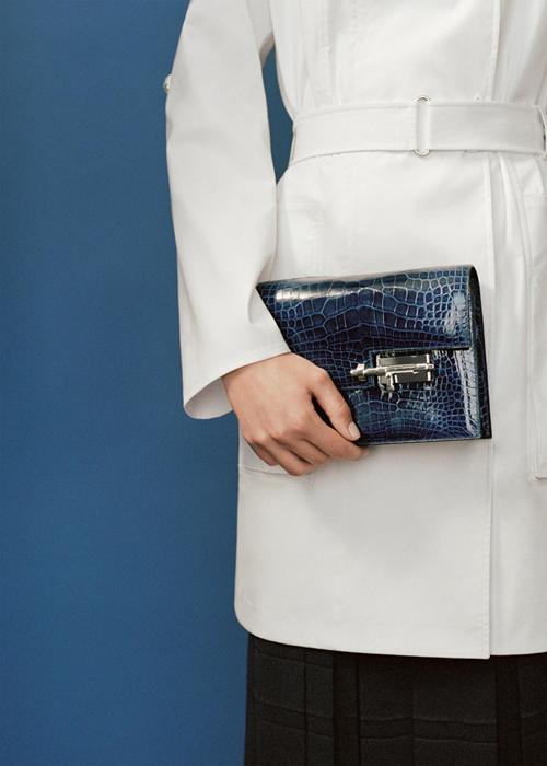 Verrou có phiên bản túi da bê với phần dây đeo vai da, túi da dê với dây đeo xích đồng và phiên bản giới hạn ví cầm tay chất liệu da cá sấu bóng màu xanh sapphire.