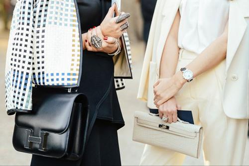 Túi Constance:Chiếc túi được thiết kế lần đầu vào năm 1969 bởi nghệ sĩ Catherine Chaillet và gắn với biểu tượng thời trang Jacqueline Kennedy Onassis.