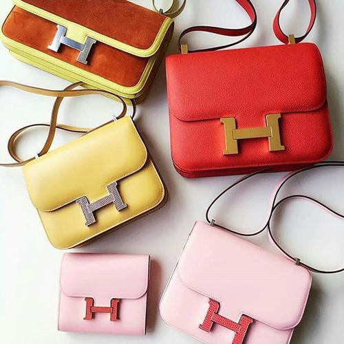 Điểm nhấncủa chiếc túilà phầntrung tâm với chữ H to bản. Thiết kế tối giản, không cầu kỳ cùng kỹ thuật thủ công tinh xảo của các nghệ nhân nhà Hermès khiến Constance dễ dàng chinh phục hàng triệu cô gái trẻ trên khắp thế giới.