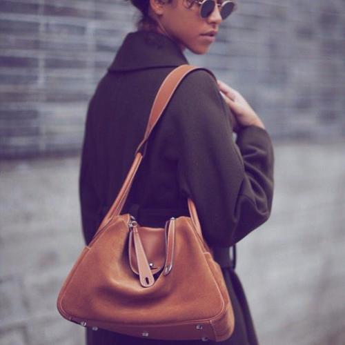Giống như các thiết kế túi khác của Hermès, phái đẹp có nhiều lựa chọn về chất liệu và màu sắc với item này. Hai chất liệu da được sử dụng nhiềucho Hermès Lindy là da Clemence và Swift.
