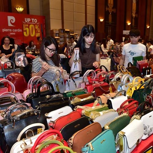 Các mẫu túi xách mùa mới được giảm giá chạm đáy tại sự kiện.