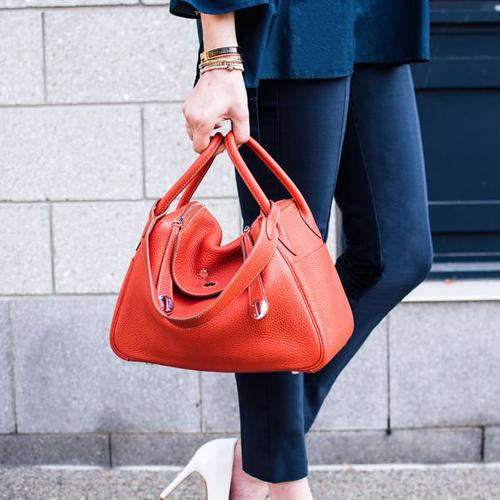 Khi không đựng đồ vậtbên trong, hình dáng túi uốn cong mềm mại ở phần giữa hai tay cầm của túi. Với không gianrộng rãi, Lindy là lựa chọn dànhcho những quý cô thường xuyên cần mang theo nhiều đồ bên người. Túicó thể đeo chéo hoặc cầm tay một cách linh hoạt và biến hóa.