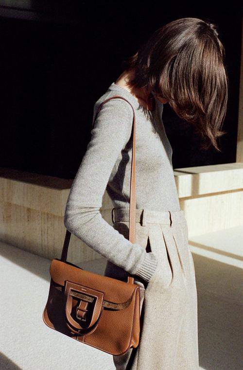 Túi Halzan:Ra mắtnăm 2014, mẫu túi Halzan hội tụ cácyếu tốcông năng tiện dụng, đẹp mắt, mới lạ và phù hợp với nhiều hoàn cảnh.