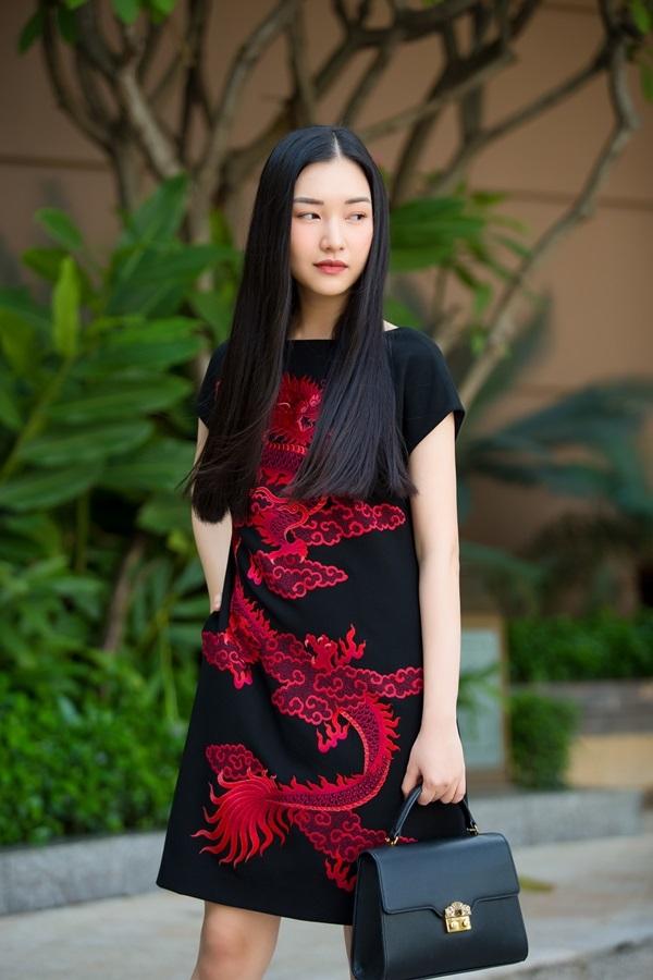 Hoa hậu Ngọc Khánh, Diễm My mặc váy họa tiết rồng