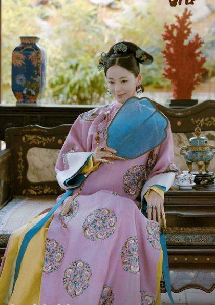 Vương Viện Khả đảm nhận vai Thuần phi, một trong những người vợ xinh đẹp và thông minh nhất của Càn Long. Đây là nhân vật bí ẩn và khó đoán nhất khi luôn né tránh tình cảm của vua nhưng lại thân thiết quá mức với hoàng hậu.