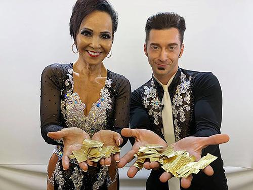 Quin (trái) và Misha sau khoảnh khắc nhận nút vàng từ giám khảo.