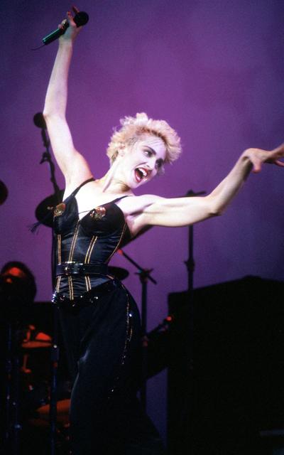 Madonna vừa nhảy vừa hát trong tour diễn ở New York, 1998. Ảnh: WireImage.