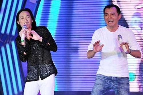 Hoài Linh (trái) và Hữu Lộc trong một tiểu phẩm ở sân khấu Nụ cười mới,