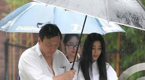Người đàn ông giàu có chắn gió che mưa cho Phạm Băng Băng - 1