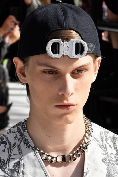 Dior nâng cấp thiết kế của móc nút bấm ở trang phục đánh cá chuyên dụng thành một sản phẩm.