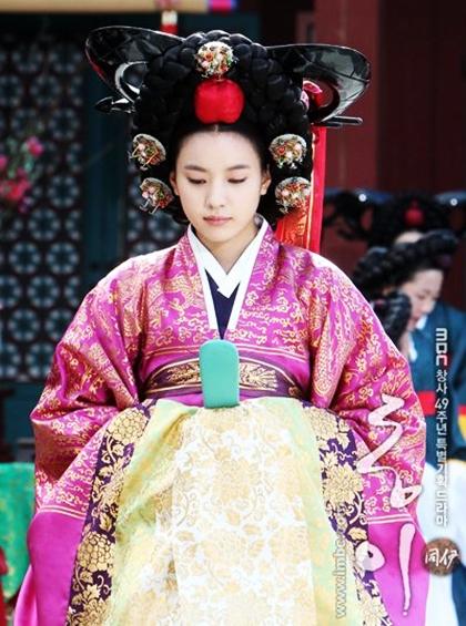 Han Hyo Joo nổi bật khi diện hanbok truyền thống - 5