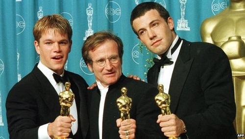 Matt Damon (trái), Ben Affleck và cố diễn viên Robin Williams cùng nhận Oscar năm 1998. Ảnh: AFP.