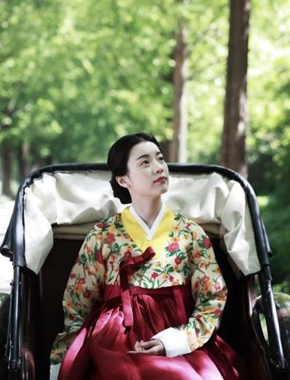 Han Hyo Joo nổi bật khi diện hanbok truyền thống - 9