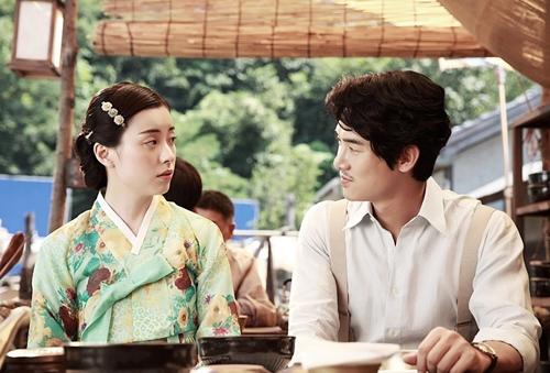 Năm 2016, Hyo Joo có bước chuyển mình về diễn xuất khi lần đầu đóng vai phản diện trong phim điện ảnh Love, Lies. Nhân vật So Yool của cô tài sắc, làca kỹ cuối cùng của thập niên 1940. Ban đầu So Yool hiền lành,tốt bụng, nhưng hận bạn trai và bạn thân phảnbộinên bất chấp thủ đoạn để trả thù, kéo cả ba rơi vào bi kịch.
