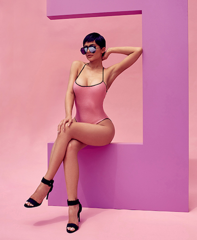 Vẻ quyến rũ của người đẹp nhà Kardashian, cô cao 1,68 mét, nặng 60 kg với số đo ba vòng 94-68,5-91,5 cm.
