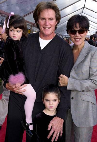 Kylie Jenner là thành viên nhỏ tuổi nhất nhà Kardashian. Cô là con gái bà Kris Jenner với người chồng thứ hai, Bruce Jenner (ông sau chuyển giới thành phụ nữ, lấy tên Caitlyn). Chị gái Kylie là Kendall Jenner (đứng), hiện là người mẫu nổi tiếng. Triệu phú sinh năm 1997 còn có các anh chị em cùng mẹ khác cha như Kourtney, Kim, Khloe, Rob.