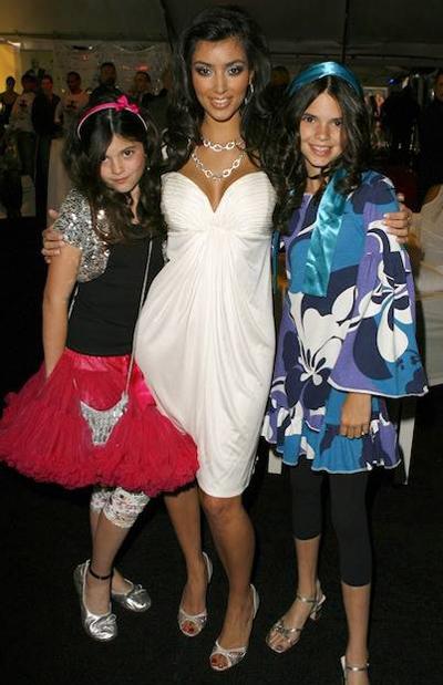 Kylie Jenner (trái) và Kendall Jenner (phải) từng ngưỡng mộ chị gái Kim Kardashian vì sự nổi tiếng.