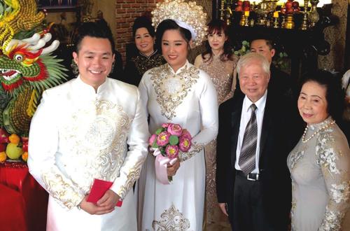 Ông bà ngoại của cô dâu chuẩn bị trao lễ vật cưới hồi môn cho cháu gái.