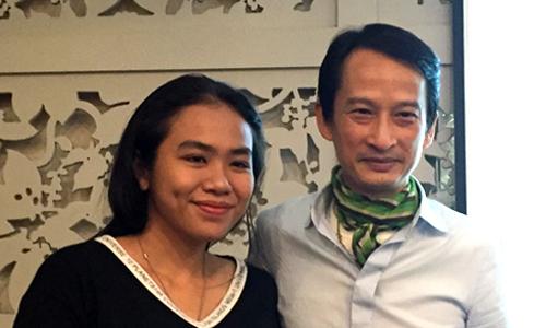 Trần Anh Hùng và một khán giả ở sự kiện.