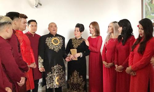 Bố mẹ cô dâu chú rể lì xì cho dàn phụ dâu phụ rể -những diễn viên quen thuộc trên sân khấu kịch Phú Nhuận.
