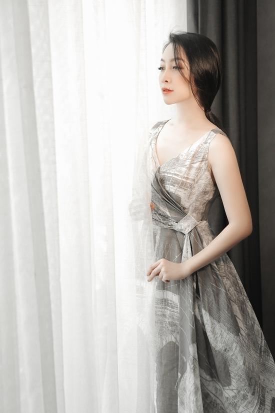Linh Nga nửa kín nửa hở với váy quả chuông
