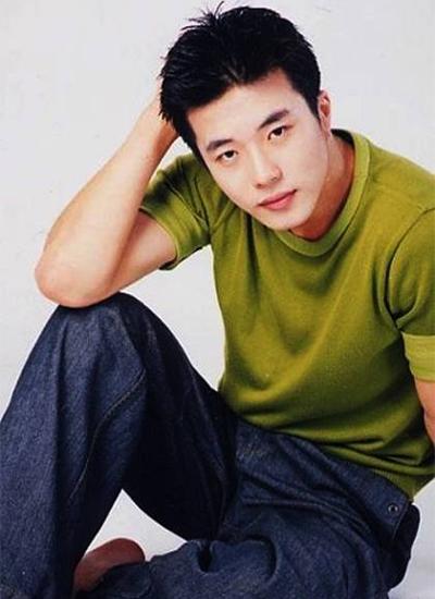 Anhchạm ngõ màn ảnh với vai phụ trongLời cầu hôn ngọt ngào (Delicious Proposal) năm2001. Nhờvẻ điển trai, đôi mắt biết nói và diễn xuất có chiều sâu,Kwon Sang Woo lập tức trở thành từ khóa được tìm kiếm nhiều trên Naver - cổng thông tin truyền thông số một Hàn Quốc.